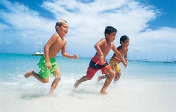 波打ち際走る少年たち