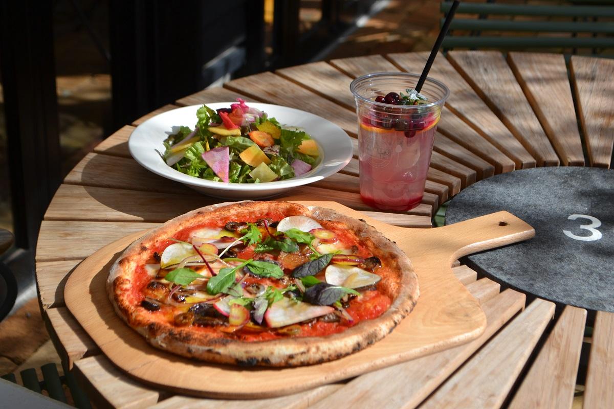 ピザとサラダとドリンク